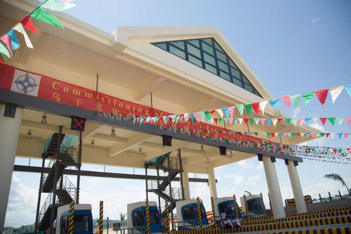 Inauguration de l'autoroute financée par la Chine qui relie la capitale Kampala à l'aéroport international d'Entebbe, en Ouganda, le 15 juin 2018.