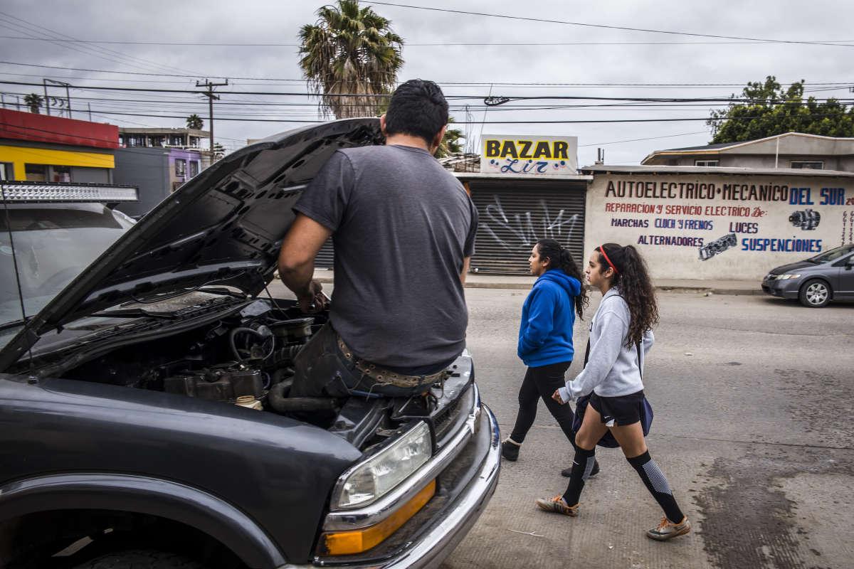 Pour des raisons économiques et de sécurité, il est parfois difficile d'arriver jusqu'au terrain, particulièrement lorsque les filles jouent à Rosarito, ville côtière à une vingtaine de kilomètres de Tijuana. «Le plus gros souci actuellement, c'est l'accès aux infrastructures. Comme nous sommes une académie gratuite, nous essayons de ne pas payer le terrain. Or, les académies privées ont les moyens de le faire et sont donc prioritaires sur les terrains publics», regrette Miguel Maldonado.
