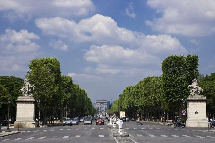 Vue des Champs-Elysées depuis la place de la Concorde, à Paris.