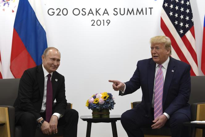 Le président russe, Vladimir Poutine, et son homologue américain, Donald Trump, le 28 juin à Osaka (Japon).