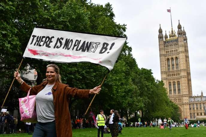 « Il n'y a pas de planète B», clame la pancarte de cette manifestante devant le Parlement britannique, à Londres le 26 juin.