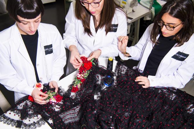 Cours de couture à l'école Dolce & Gabbana, de Legnano, en Italie.