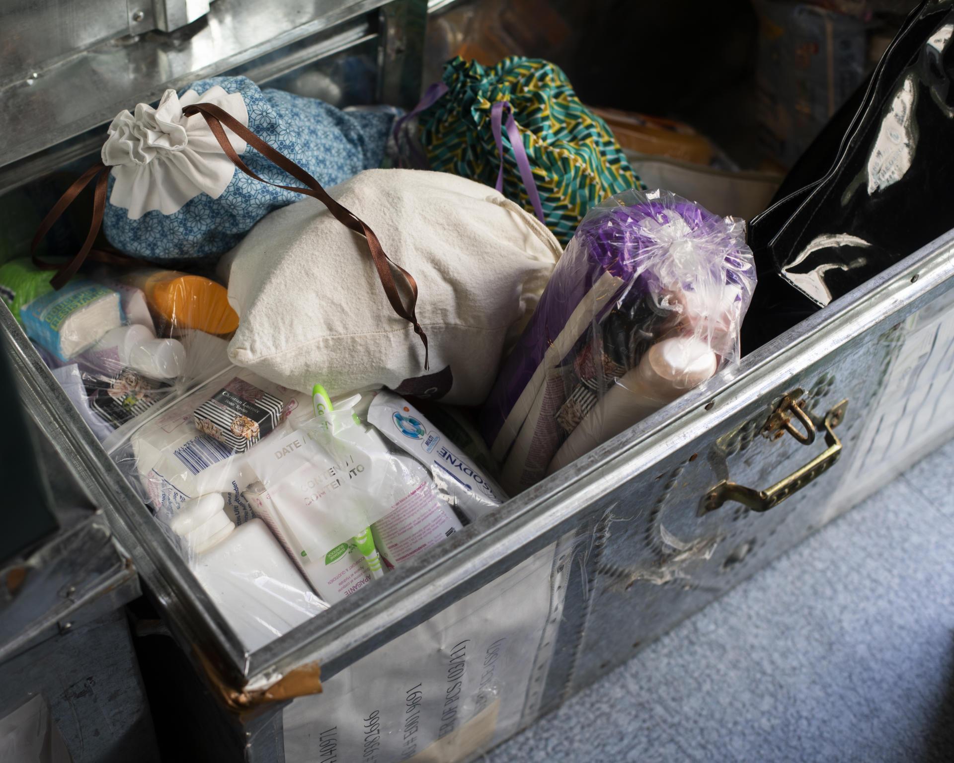 Les kits d'hygiène confectionnés et distribués par l'ADSF contiennent des protections hygiéniques, du savon, une brosse à dent et du dentifrice.