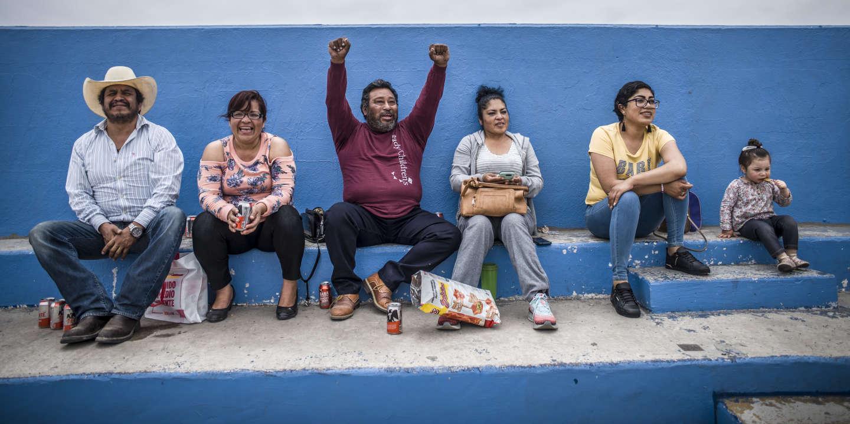 20190602 - MEXIQUE, ROSARITO:  L'objectif de l'académie Gonzo est de faire de ces filles de « bonnes citoyennes », bien dans leurs baskets, travailleuses, responsables, disciplinées, capables tenir leurs engagements. « Avec le football, elles font quelque chose qui a du sens plutôt que de traîner dans la rue », analyse Miguel. « C'est aussi un moyen de contrer les grossesses précoces », pense-t-il. Mais pour que le foot soit un réel ascenseur social dans une société organisée selon les classes socio-économiques, Miguel compte sur le concours des parents. « Avec leur soutien, nous sommes invincibles. ». Le 2 juin 2019. PHOTO OLIVIER PAPEGNIES / COLLECTIF HUMA