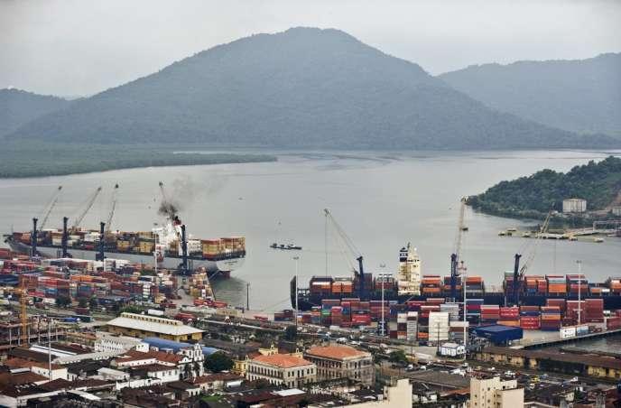 Le port de Santos, à 60km de Sao Paulo, au Brésil, photographié le 1eravril2013, est le plus gros port d'Amérique du Sud, et fait transiter un quart du commerce extérieur du Brésil.