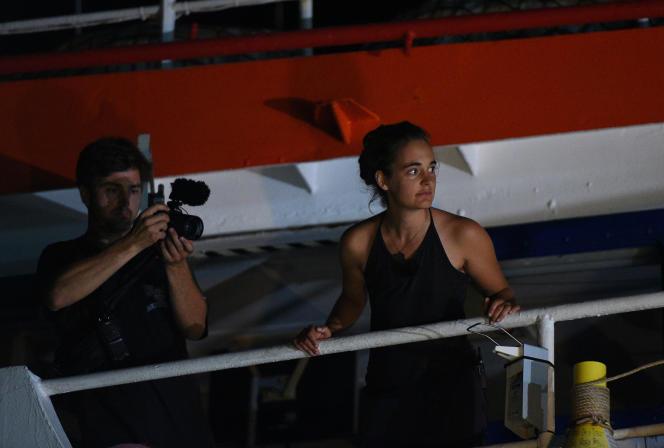 Carola Rackete sur le pont du« Sea-Watch 3» juste avant qu'il accoste à Lampedusa, le29juin.