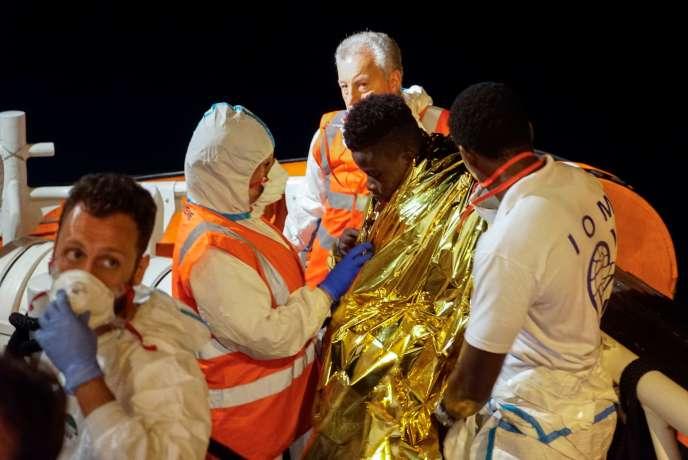 Un jeune migrant est évacué du « Sea-Watch 3», à Lampedusa en Italie, le 27juin.