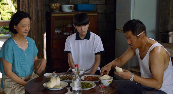 De gauche à droite : les acteurs Yong Mei, Wang Yuan et Wang Jing-Chun, dans «So Long, My Son», deWang Xiaoshuai.