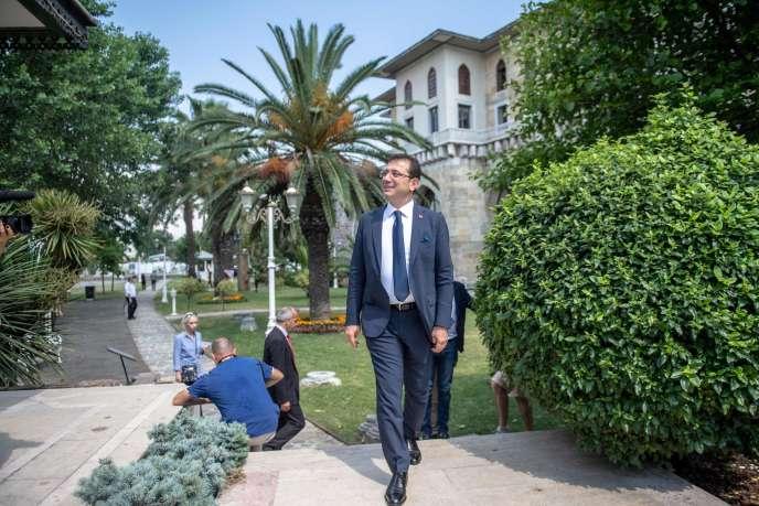 Le nouveau maire d'Istanbul Ekrem Imamoglu à son arrivée à une rencontre avec la presse étrangère le 28 juin 2019, à Istanbul.