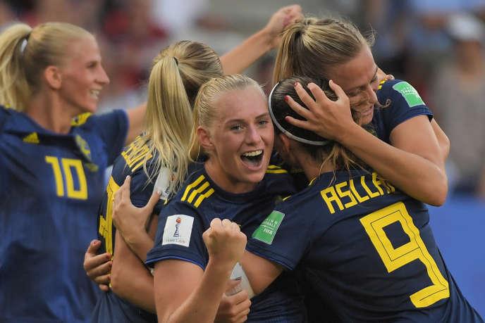 L'attaquante suédoise Stina Blackstenius est félicitée par ses coéquipières après avoir marqué le but de la victoire en quarts de finale de la Coupe du monde féminine, au stade Roazhon de Rennes.