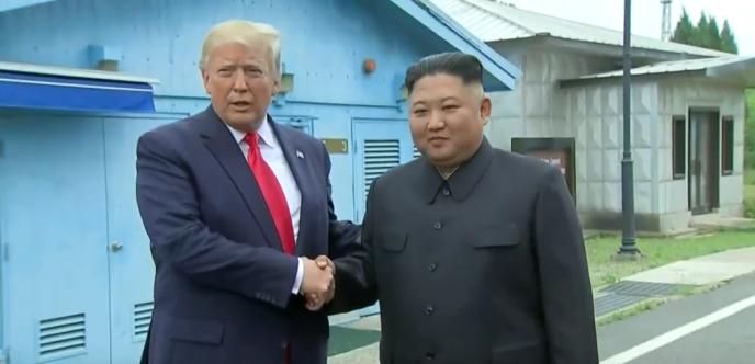 Donald Trump et Kim Jong-un, du côté nord-coréen de la frontière démilitarisée entre les deux Corées, dimanche 30 juin.