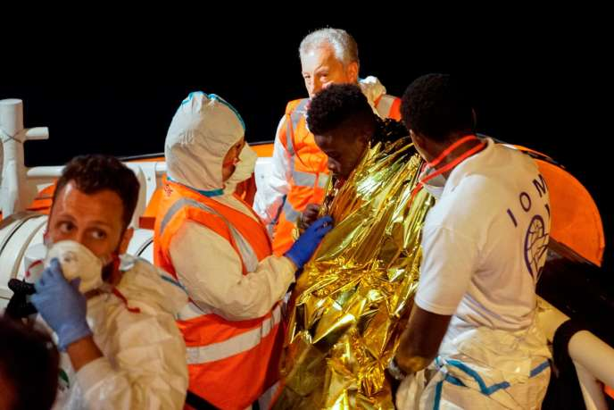 Un des migrantsrecueillis à bord du navire humanitaire « Sea-Watch 3 ».