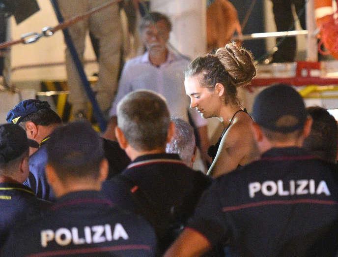 Carola Rackete est escortée par les policiers italiens hors du navire pour être interrogée à Lampedusa, le 29 juin.