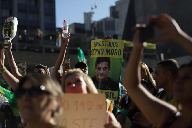 «Nous sommes tous Moro», affichent les manifestants qui marchent contre la corruption, à Sao Paulo, au Brésil, le 30 juin.