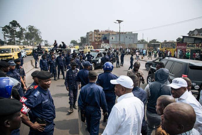 A Kinshasa, la police a dispersé la marche interdite et le cortège de plusieurs centaines de personnes autour de deux opposants, l'ex-candidat à l'élection présidentielle Martin Fayulu et l'ex-premier ministre Adolphe Muzito.