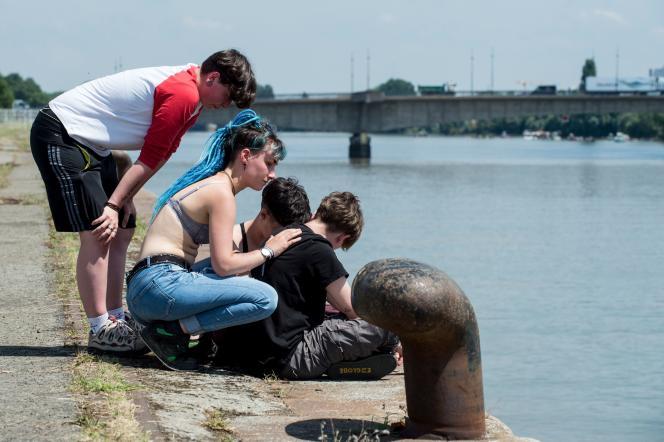 Des proches de Steve se recueillent à Nantes, le 25 juin, sur les rives de la Loire, où le jeune homme a disparu lors de la Fête de la musique.
