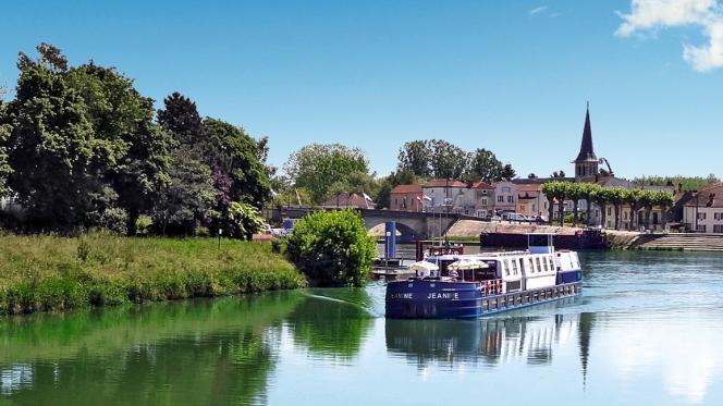 La péniche MS« Jeanine» sur le canal de Bourgogne.