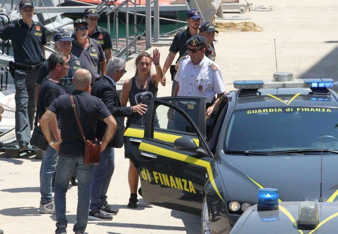 La capitaine du navire humanitaire «Sea-Watch 3»,Carola Rackete, lors de son arrivée au port d'Empedocle (Sicile) après avoir été escortée par la police depuis Lampedusa en Italie, le 1er juillet.