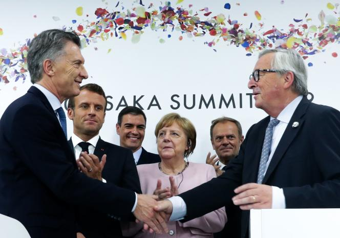 Le président argentin Mauricio Macri et le président de la commission européenneJean-Claude Juncker devant Emmanuel Macron et Angela Merkel, lors d'une conférence de presse, en marge du G20 à Osaka (Japon), le 29 juin.