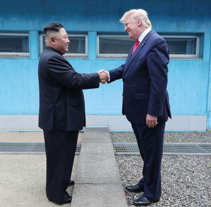 Kim Jong-un serre la main de Donald Trump sur la ligne de démarcation entre les deux Corées, à Panmunjom, le 30 juin.