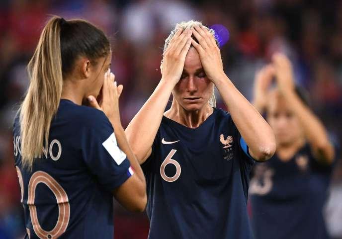 La capitaine des Bleues, Amandine Henry, quitte la pelouse du Parc des Princes après l'élimination des Françaises en quart de finale de Coupe du monde face aux Américaines, le 28 juin.