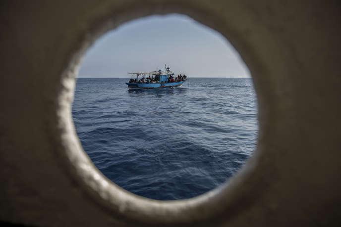 Une embarcation de migrants, vue depuis un bateau de l'ONG Open Arms, en Méditerranée, le 30 juin.