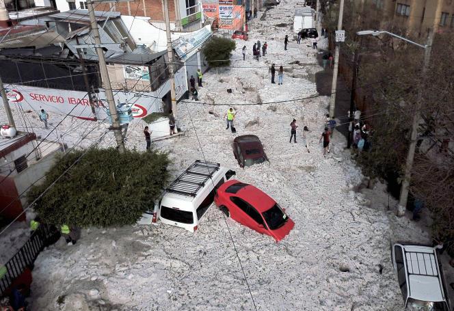 Des voitures ont été ensevelies par la glace dans l'est de Guadalajara, au Mexique.