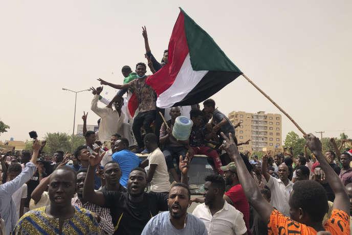 Des dizaines de milliers de manifestants sont descendus dans les rues de Khartoum pour réclamer un régime civil, le 30 juin.