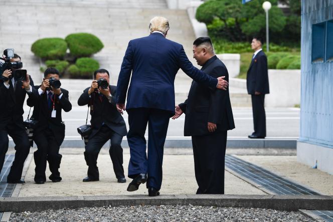 Donald Trump pose le pied en Corée du Nord, sous le regard de Kim Jong Un, une première pour un président américain, le 30 juin.