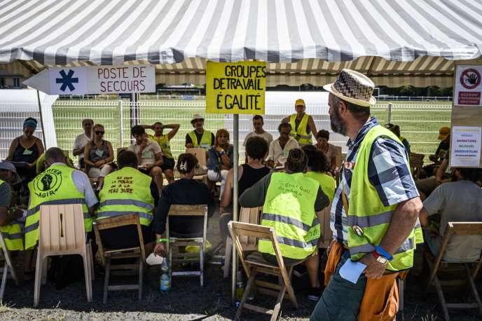 Des «gilets jaunes» participent à la troisième «assemblée des assemblées», àMontceau-les-Mines (Saône-et-Loire), le 29 juin.