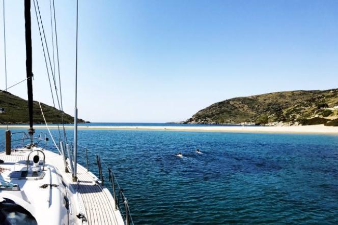 En Grèce, baignade depuis le pont du bâteau dans les Cyclades.