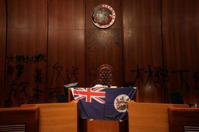 Le drapeau colonial d'avant la rétrocession de 1997, le 1er juillet au Legco, le Parlement de Hongkong.