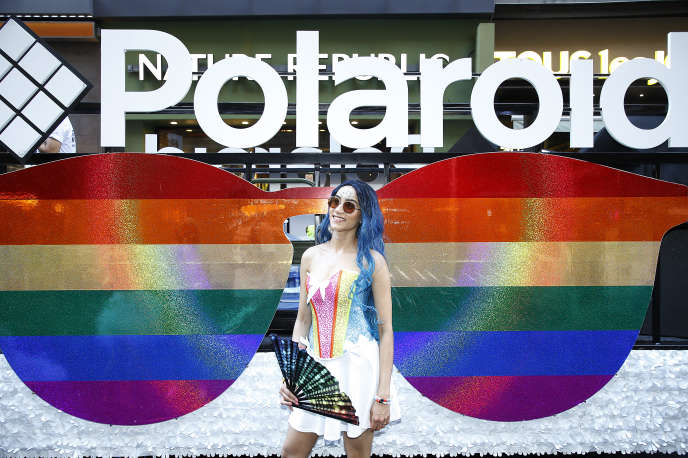 Devant le char de la marque Polaroid, lors de la Pride de New York, le dimanche30juin.