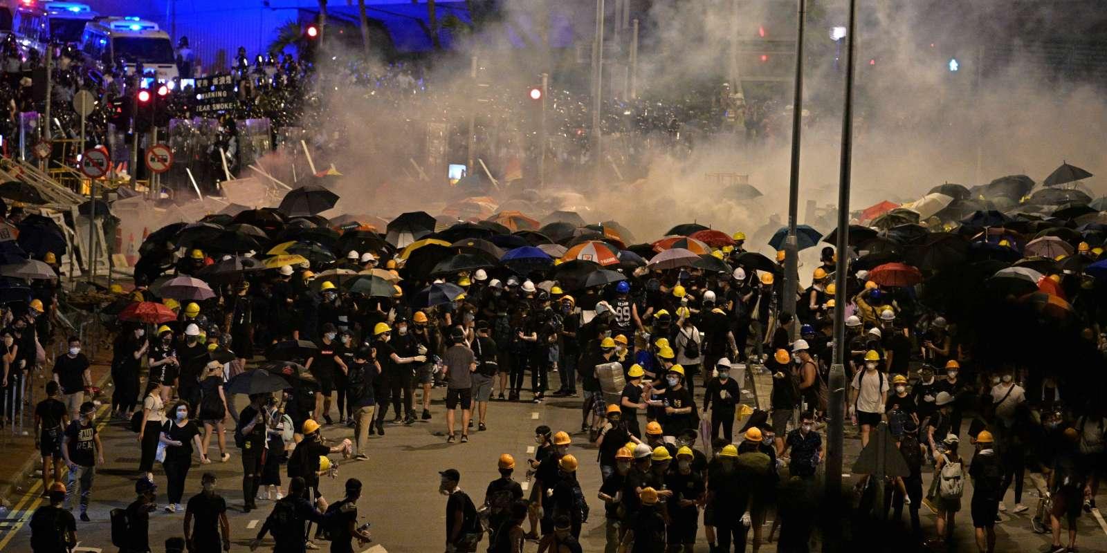 Tirs de lacrymogènes par la police devant le Parlement hongkongais, investi quelques heures plus tôt par les manifestants.