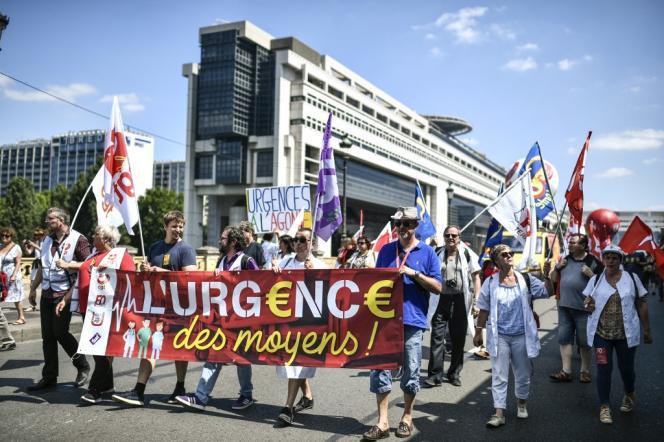 Des soignants manifestent pour dénoncer leurs conditions de travail devant le ministère de l'économie, à Paris, le 2 juillet.