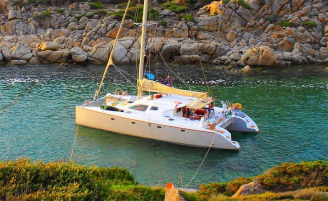 Le catamaran Nautitech 435, pour 8 personnes, au mouillage dans une crique, en Corse.