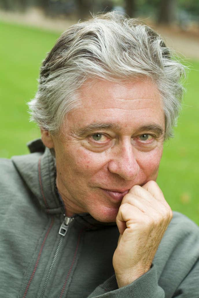 L'écrivain américain Robert Littell, au jardin du Luxembourg, à Paris, en 2005.