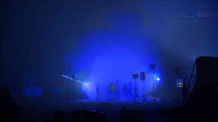 «Après avoir synthétisé en laboratoire un philtre d'amour moléculaire – en réalité une puissante drogue psychotrope, fabriquée à partir de composants chimiques trouvés sur le dark Net –, l'artiste en a transféré les informations essentielles dans de l'eau, selon la théorie scientifiquement controversée de « la mémoire de l'eau ». Le film montre le déroulement d'une pseudo-expérience scientifique dans un hangar : une soirée où les participants sont invités à boire le breuvage créé par l'artiste. »