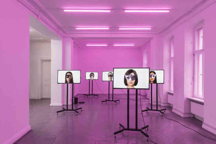 «En 2015, le piratage de la plate-forme de rencontre extraconjugale Ashley Madison révèle que, le nombre de femmes inscrites étant bien inférieur au nombre d'hommes, 75 000 robots féminins − deschatbots− avaient été créés par l'entreprise pour dialoguer avec les usagers, en se faisant passer pour de véritables femmes. Pour les Magasins généraux, 5 des 239 chatbots actifs dans le Grand Paris au moment du piratage, les plus proches du bâtiment, sont remis en scène et incarnés par des femmes en 3D qui forment une chorégraphie robotique. »