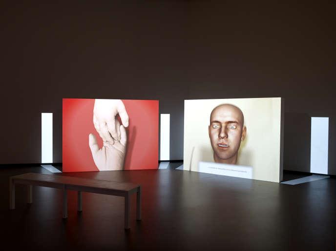 « Us Dead Talk Love », par Ed Atkins (2012). Sur deux écrans, des têtes en images de synthèse débattent de l'amour, du désir, du sexe.