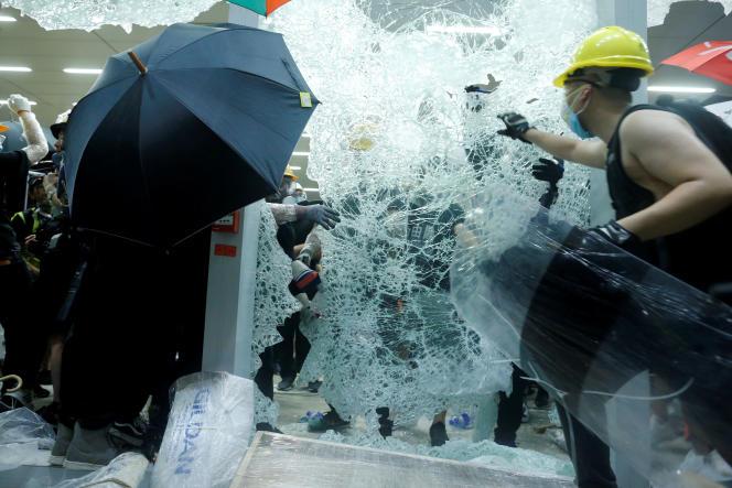 Des manifestants au Parlement de Hongkong, le 1er juillet.
