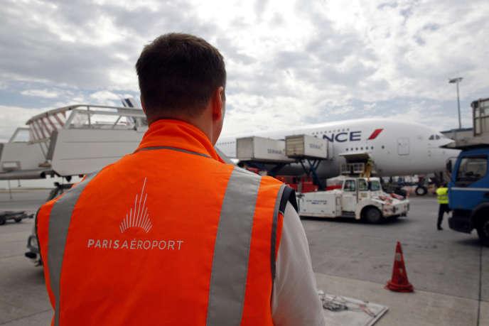 Un employé de Groupe ADP sur le tarmac de l'aéroport Roissy-Charles-de-Gaulle, le 19juin.