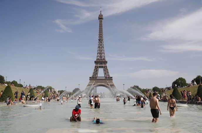 Baignade dans la fontaine du Trocadéro devant la tour Eiffel à Paris, le 28 juin 2019.