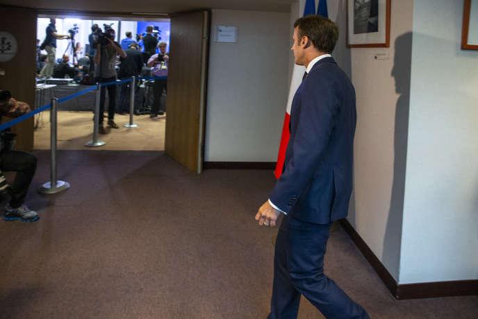 Emmanuel Macron se rend à une conférence de presse lors du sommet européen pour la désignation des« top jobs» à Bruxelles, le 2 juillet.