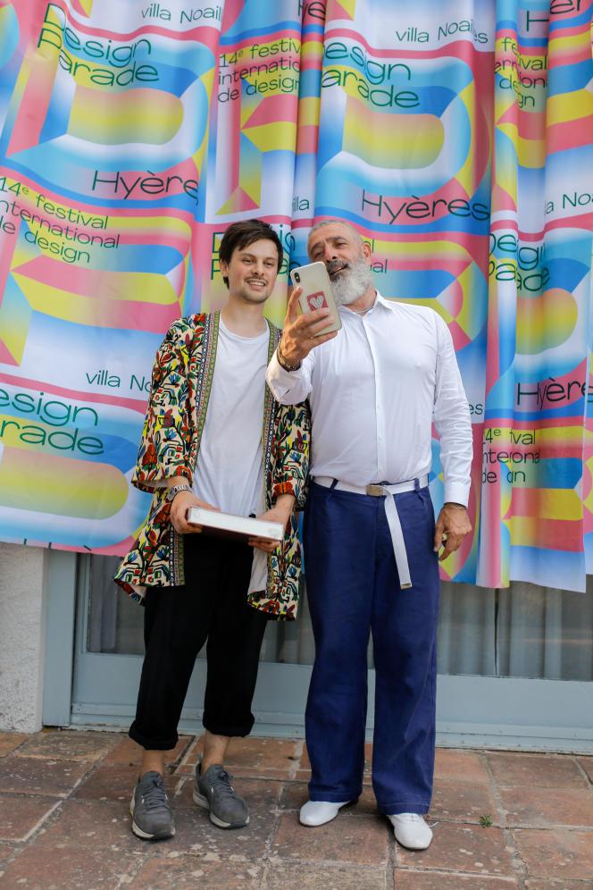 Grégory Granados, Grand Prix de la 14e édition de Design Parade Hyères et prix du public de la ville d'Hyères avec Jean-Pierre Blanc, le fondateur du festival.