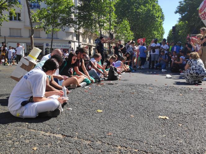 Des personnels des urgences s'injectent un produit présenté comme del'insuline devant le ministère de la santé, à Paris, lors d'une mobilisation nationale, le 2 juillet.