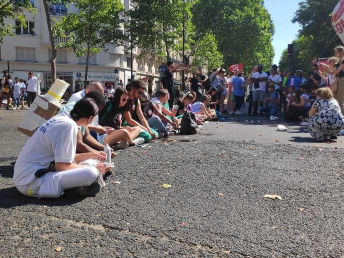 «Au-delà des urgences, c'est le système de santé dans son ensemble qui est déstabilisé»(Salariés des urgences simulant des injections d'insuline devant le ministère de la santé, à Paris, lors d'une mobilisation nationale, le 2 juillet).