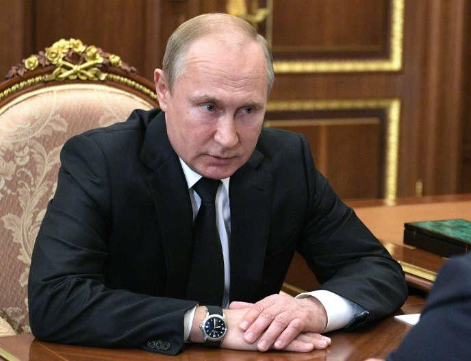 Vladimir Poutine en entretien avec son ministre de la défense, Sergei Shoigu, au Kremlin, à Moscou, le 2 juillet.