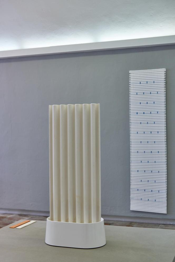 L'humidificateur d'air en faïence de papier et, au mur, le climatiseur composé de tubes contenant des acides gras par Maxime Louis-Courcier.