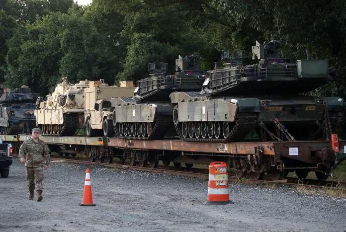 Deux chars M1A1 Abrams et d'autres véhicules blindés qui devraient participer au 4-Juillet, sur une voie de garage, à Washington D.C., le 2 juillet 2019.